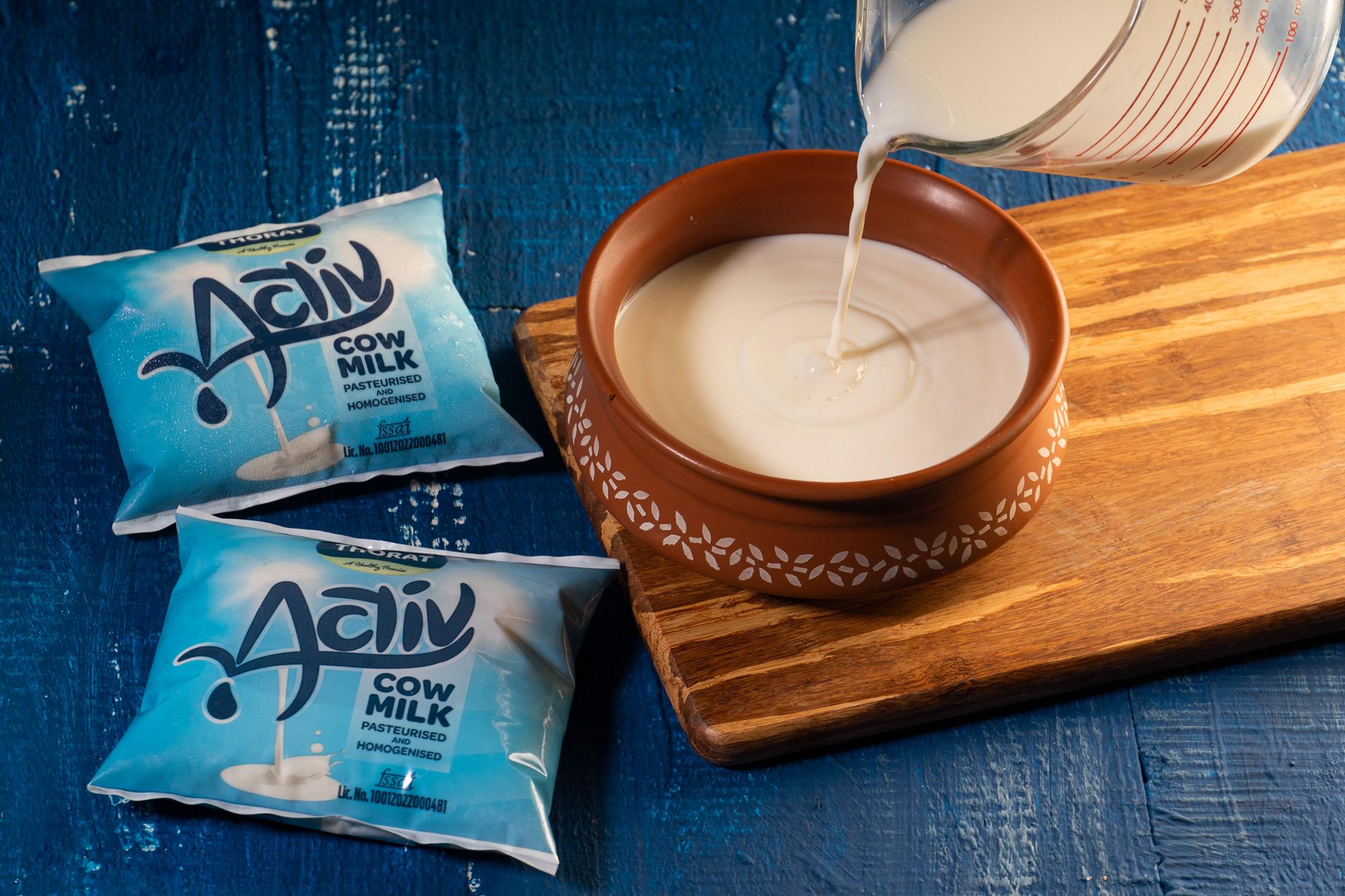 Pour warm milk in the pot